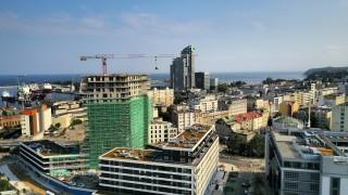 Wiecha na budynku inwestycji Portova