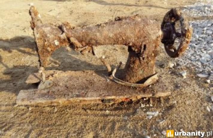 Maszyna do szycia w pozostałościach XIX i XX-wiecznej zabudowy