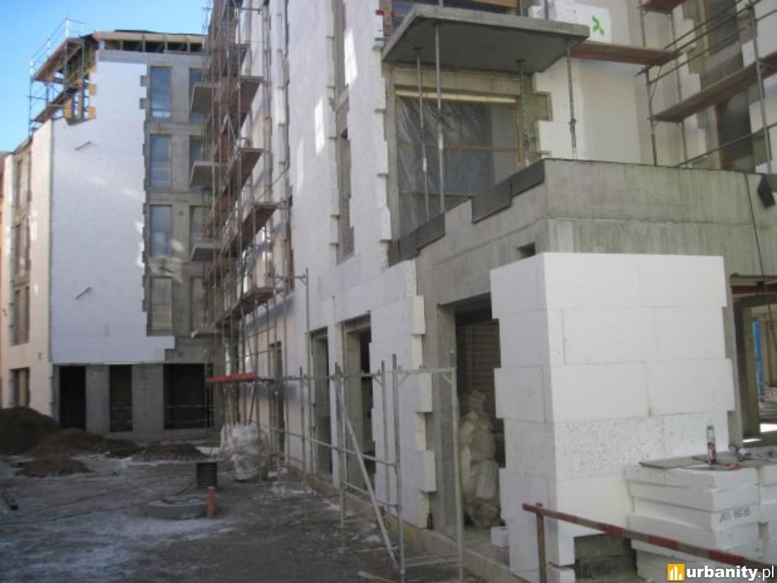 kontynuacja prac elewacyjnych i instalacyjnych. Stawianie kolejnych ścianek działowych. rozpoczęto montaż okien