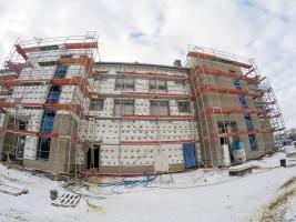 Wewnątrz budynku trwają intesywne prace wykończeniowe a na zewnątrz przy montażu elewacji