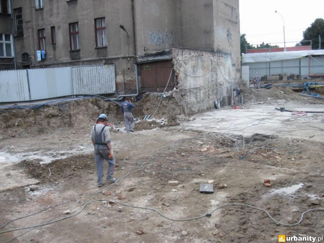 Prace ziemne związane z usuwaniem płyty żelbetowej będącej częścią konstrukcji poprzednio istniejącego budynku