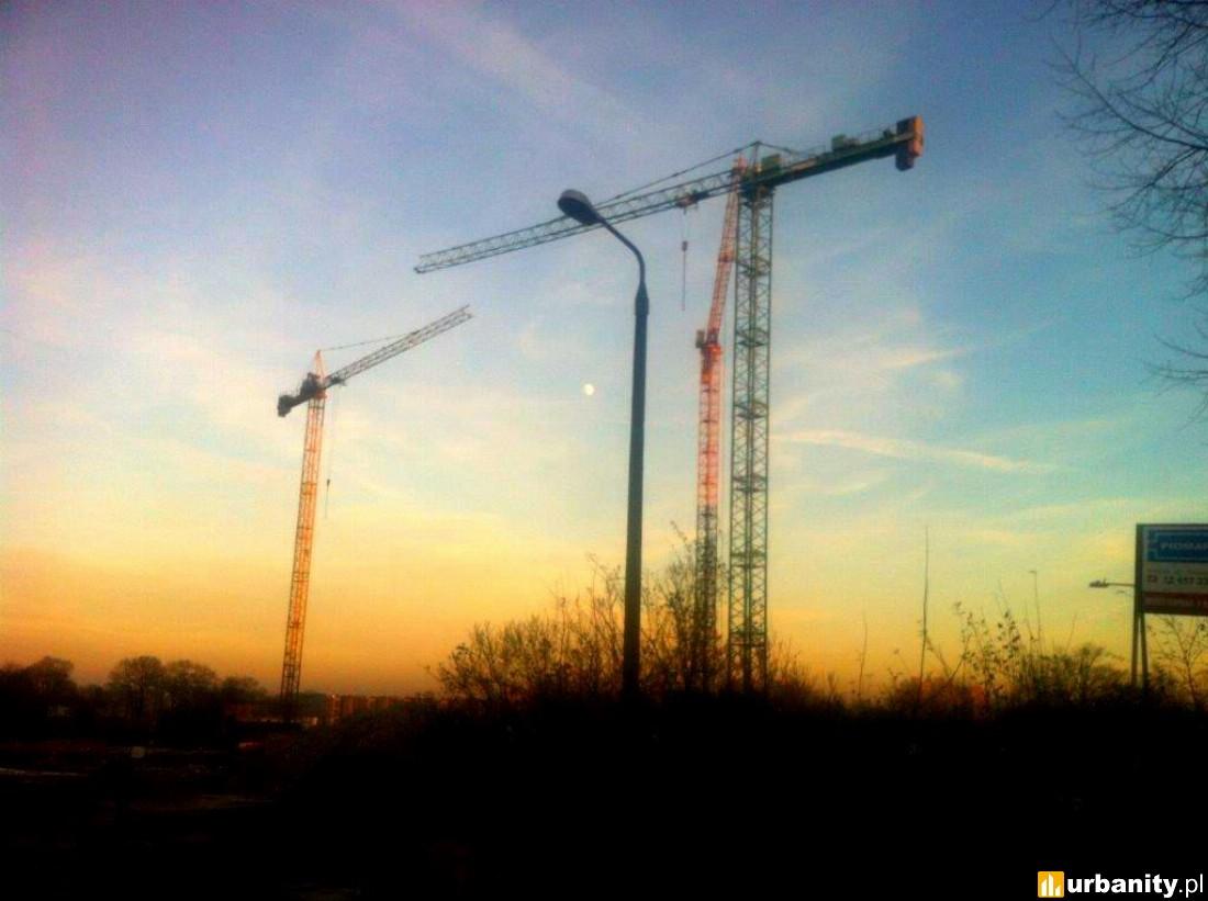 trzy dźwigi na budowie