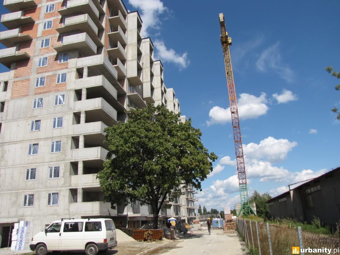 Rusztowania  już stoją, rozpoczęto prace przy elewacji budynku